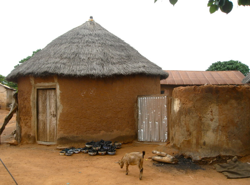 Traditsionnyye zemlyanki afrikanskoy savanny