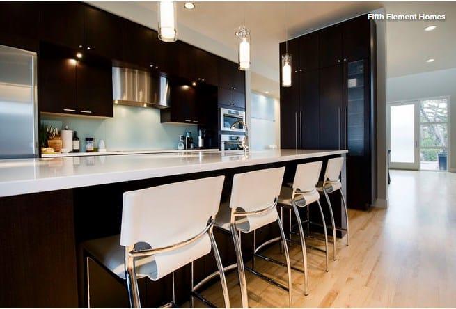 красивые барные стулья в интерьере квартиры