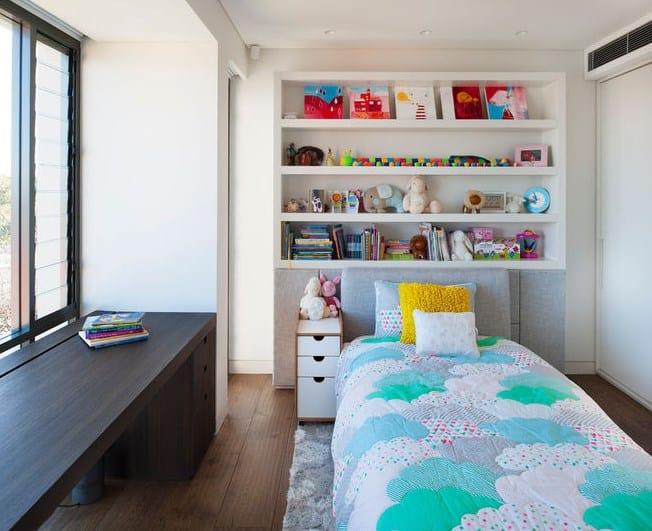 Дизайн детской комнаты - полочки для книг и игрушек