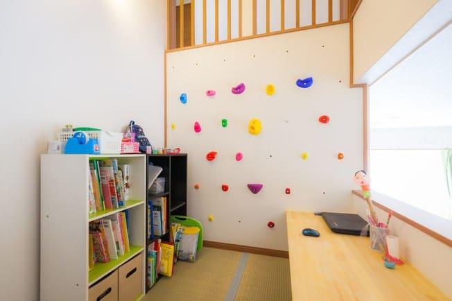 дизайн дитячої кімнати-стіна для альпінізму