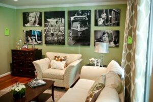 Як красиво повісити фотографії на стінах з фоторамками і без