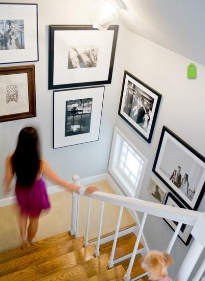 фотографии на стенах с фоторамками и без