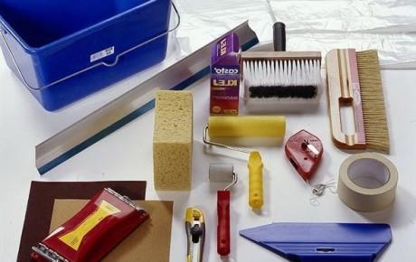 инструменты для приклеивания обоев на стену