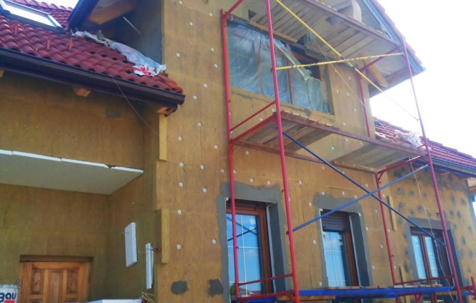 Козырек над подпорными стенами заезда в гараж расположенный в цоколе дома