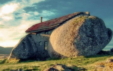 дом между каменных глыб