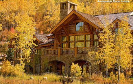 Красивый дом на фоне осенних деревьев