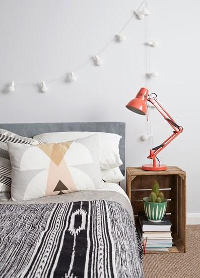 тумбочка прикроватная возле кровати и настольная лампа