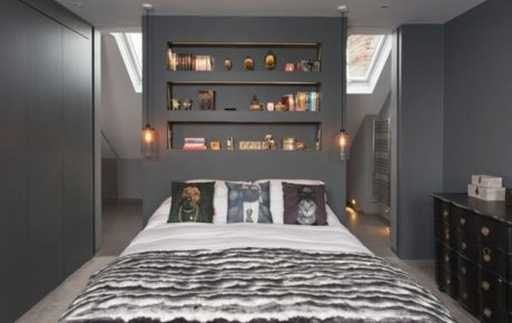 хранение вещей в спальне - открытые полочки стильные