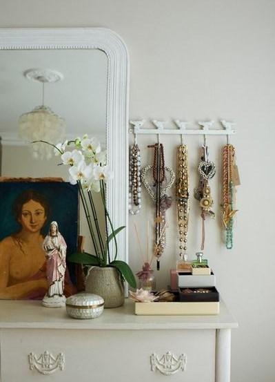 приспособление для хранения вещей в спальне - вешалка для украшений