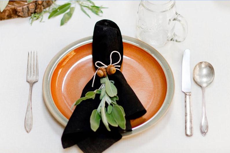 как украсить праздничный стол - салфетка с лесными шишками